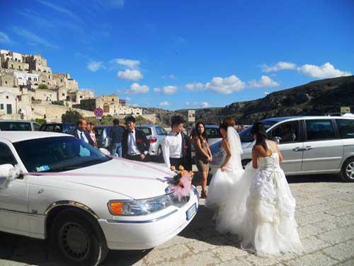 Gli sposi cinesi nei Sassi, accanto alla limousine